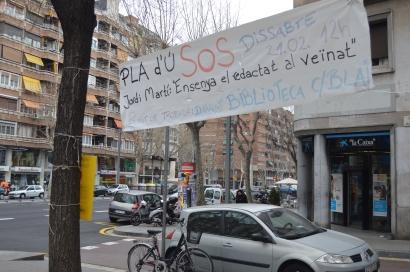 Pancarta situada a l'embocadura del carrer Blai al Paral·lel. Es demana transparència en la redacció final del Pla d'Usos.