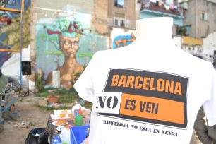 """Veïns de l'Assemblea del Raval van impulsar la plataforma """"El Raval no està en venda"""" a finals de l'estiu passat, en el context de malestar a la Barceloneta pel soroll i l'incivisme d'alguns turistes allotjats en pisos turístics."""