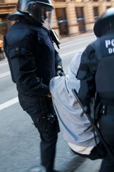 Els Mossos d'Esquadra han apartat de la porta una a una a tots els manifestants / RAKO
