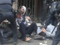 Els mossos retiren als darrers manifestants que bloquejaven la porta del bufet / Mar Romero