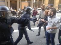 Moment de tensió entre els mossos i els manifestants / Mar Romero