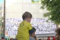 Un nen vesteix la camiseta SOS, educació pública de qualitat