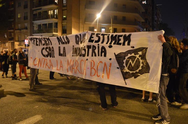 La manifestació ha recorregut el barri de la Sagrada Família en defensa dels centres socials / Marina Riera