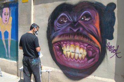 Berok ha estat un dels tres artistes que han donat color a un dels murs que envolta el transformador del carrer Sant Joan de Malta.