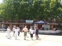 La calor d'aquest 27 de juny ha estat sufocant, i només alguns s'han atrevit a ballar unes sardanes a la part central de la plaça.