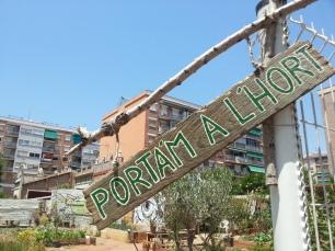 """""""Porta'm a l'hort"""" és la iniciativa d'hort urbà situada al solar de Piferrer, fruït de l'acord l'any 2013 entre l'AVV de Porta i l'Ajuntament de Barcelona, en el marc del Pla Buits."""