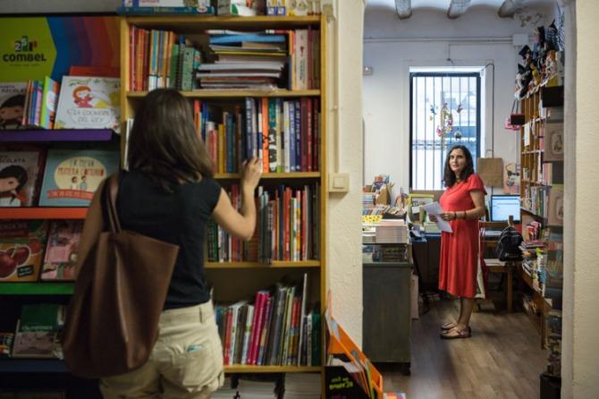 La immobiliària fa marxar la propietària de la llibreria per incompliment de contracte, al·legant que hi du a terme activitats alienes a la venda de llibres, com ara presentacions o espectacles de contacontes / Enric Català