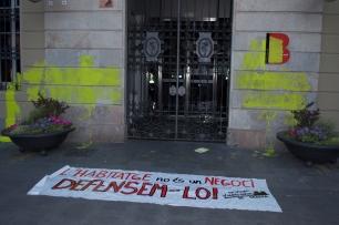 Pintades a la façana de la Seu del districte. /C.Serra