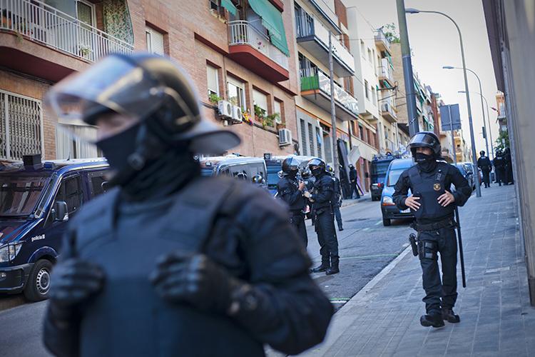Els especialistes de la Brigada Mòbil, malgrat disposar de material molt sofisticat, no han pogut separar les mans de les dones anclades a una canonada / Lara Mazagatos