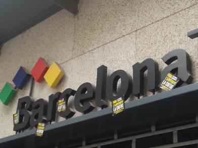 La marxa reivindicativa ha arribat fins a la seu de Turisme de Barcelona al Passatge de la Concepció.