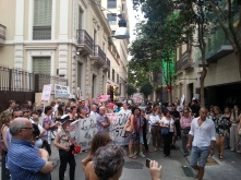 Les diferents entitats veïnals han llegit els seus manifestos davant la seu de Turisme de Barcelona.