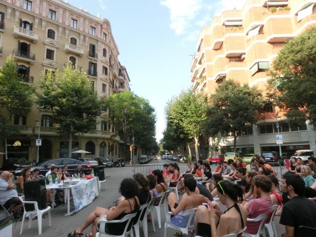 Membres de La Flor de Maig i Can Batlló han explicat la seva experiència com a centres socials autogestionats. / JUDIT PASTOR I COSTA