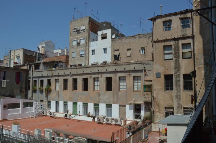 Can 60 és un dels pocs edificis del Raval que té espai interior amb ventilació saludable / Oriol Gelabert