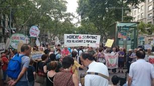 Els manifestants s'han concentrat inicialment als Jardinets de Gràcia, davant del Deutsche Bank, un dels edificis que també es veuen afectats per l'aturada en l'atorgament de llicències turístiques.