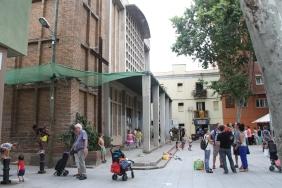 La plaça Bernat Calbó és un espai de reunió de veïns i un indret on els nens de l'Escola Mar Bella surten a jugar / Marina Riera