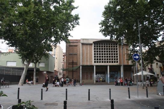 Plaça Sant Bernat Calbó. A la dreta l'Església d'enderroc imminent, a l'esquerra l'Escola Mar Bella / Marina Riera