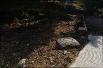 El barri es troba en una zona limítrof entre el Parc de Collserola i l'àrea de Barcelona. Aquest fet genera situacions desbaratades com per exemple el fet que en alguns carrers, la patrulla de BCNeta només té competències per a netejar un dels dos costats. Només recull les deixalles corresponents a la zona de les vivendes, i ignora la banda de la muntanya. / Joan Aleix Mata