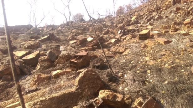 Els veïns critiquen que malgrat ara els grups municipals defensen la protecció del Parc, aquest ha estat utilitzat històricament, i amb la connivència dels partits, com a abocador a la muntanya. L'incendi ho va tornar a posar al descobert. / Raül Ferrando