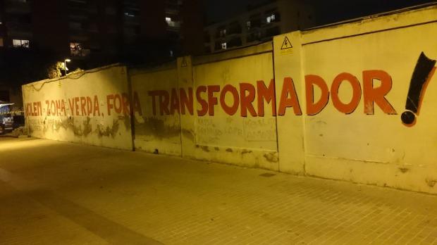 Mural reivindicatiu a una de les parets que envolten el transformador del Poblenou /Arxiu Districte 11